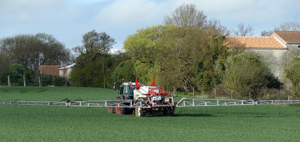 epandage-tracteur-pesticides-champs-maisons