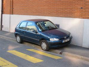 voiture monopolisant le trottoir et le passage piéton