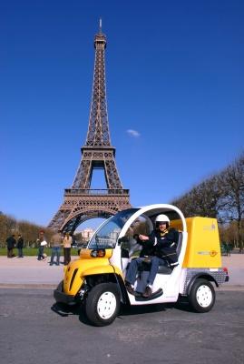 Ce quad électrique conçu par Matra et Automobiles Ligier est utilisé dans les zones urbaines pour la distribution du courrier en France par le groupe La Poste. Il a vocation à remplacer les scooters ou dans certains cas des voitures thermiques. Il peut transporter jusqu'à 150 kg de courrier et son autonomie est de 25 km. L'utilisation de Quadéos par 100 facteurs permettra d'économiser 200 à 300 tonnes de CO2 par an