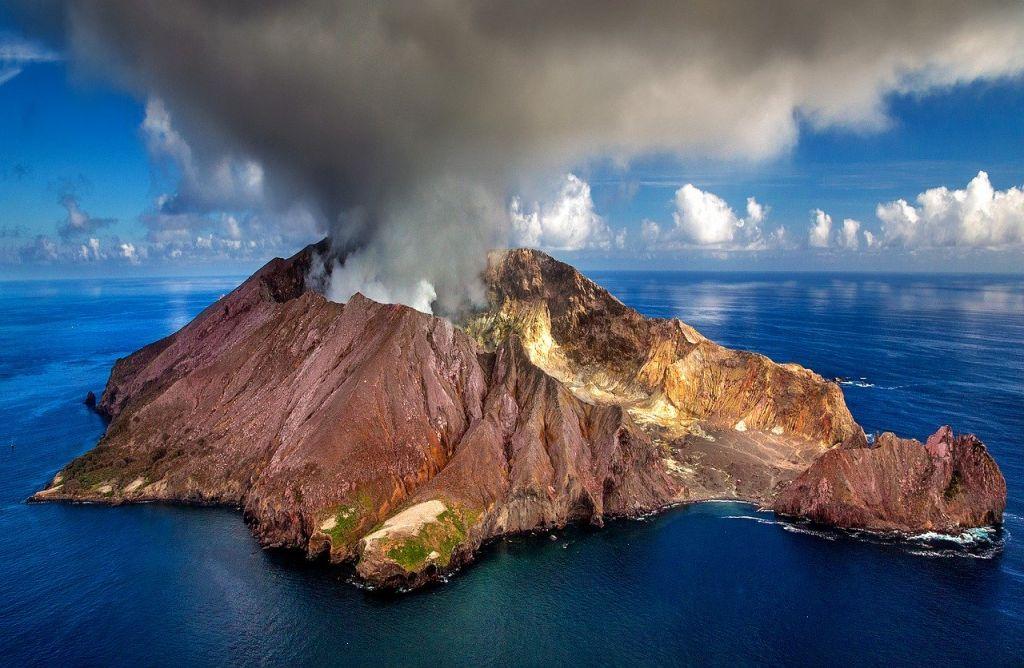 [Image: volcan-Whakaari-White-Island.jpg]