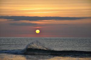 Lever de soleil et vague